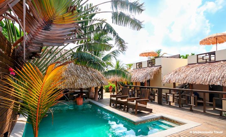 caribbean-beach-cabanas-piscine-hotel-placencia-mademoiselle-travel